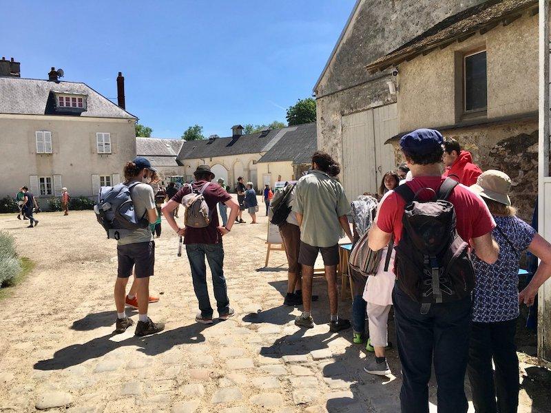 Une centaine de personnes se sont retrouvées à la ferme Vandame ce dimanche pour discuter de l'avenir des terres agricoles du Plateau de Saclay et passer à l'action.